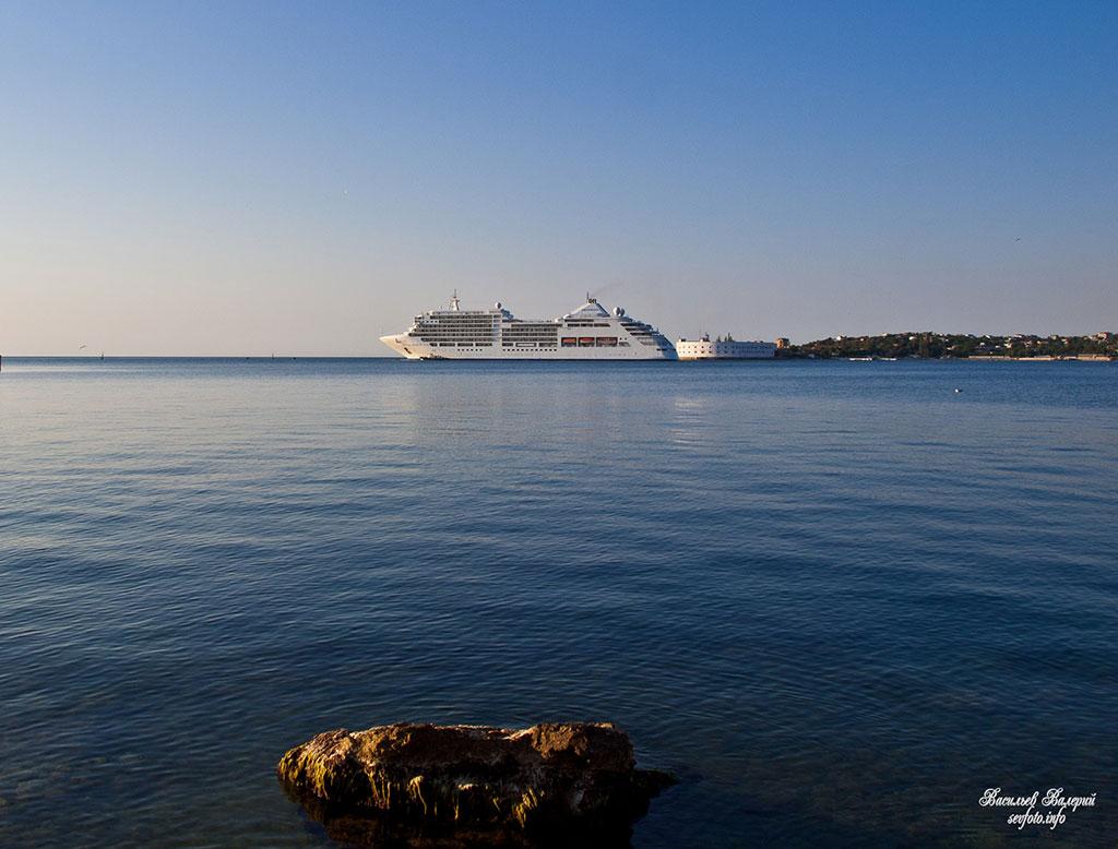 Круизный лайнер в Севастопольской бухте