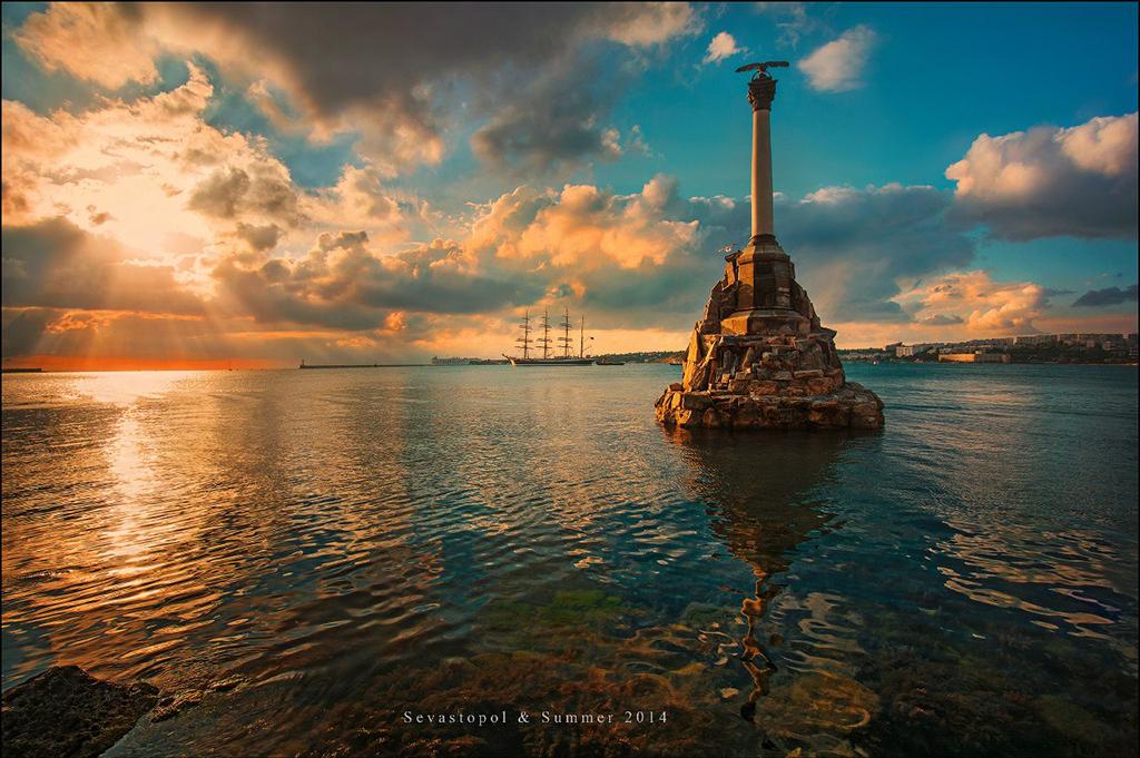 Памятник затопленным кораблям и парусник