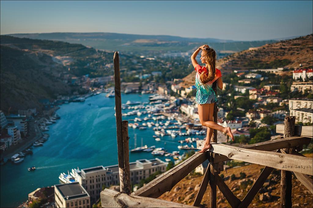 Девушка на фоне балаклавской бухты