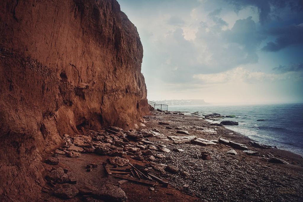 Обрывистый берег пляжа Орловки