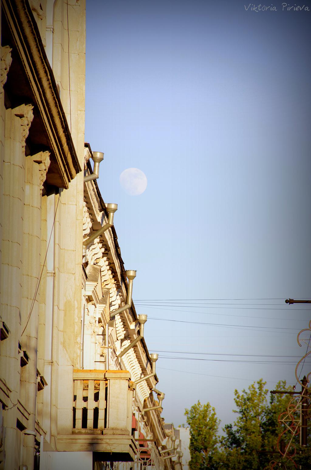 Луна над старым зданием в центре Симферополя