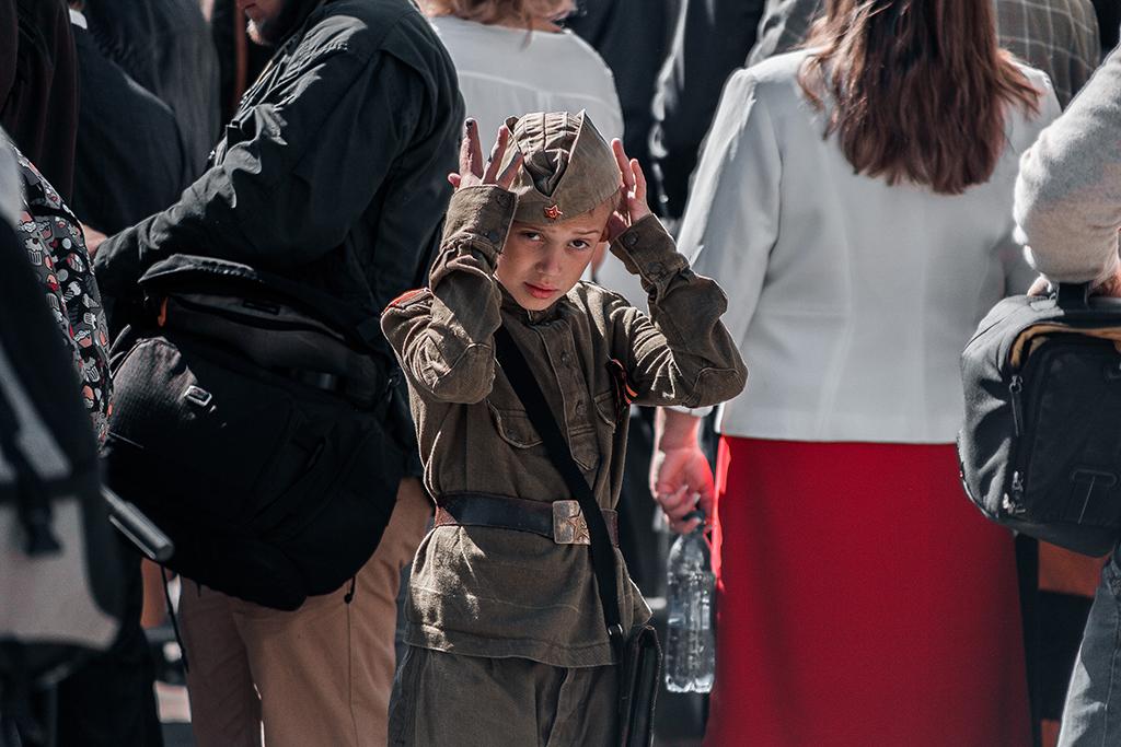 Мальчик в форме солдата на параде