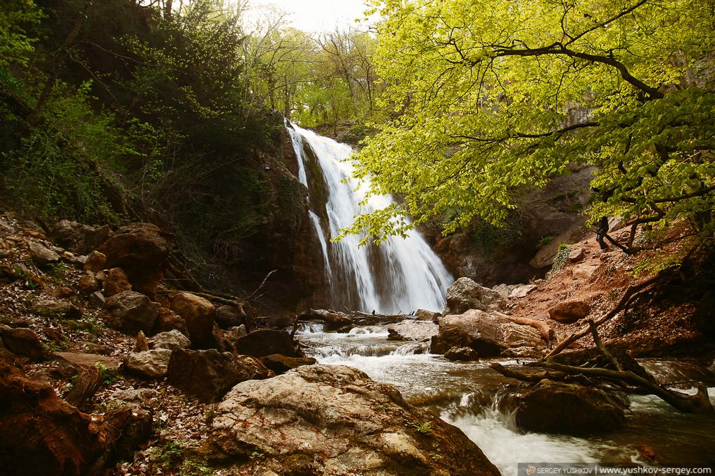 Полноводный водопад Джур-Джур