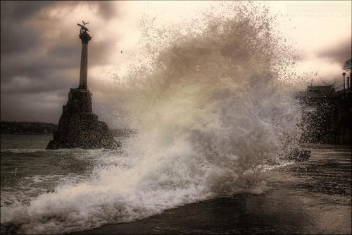 В Севастополе из-за шторма закрыли рейд