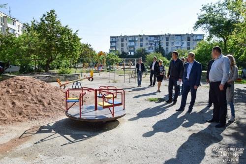 Глава администрации Евпатории проверил работу коммунальных служб во дворах