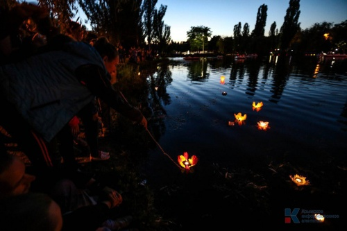 Тысячи симферопольцев спустили на воду фонарики, загадав заветные желания