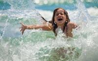 На пляже Севастополя инструкторы учили плавать 120 малышей одновременно