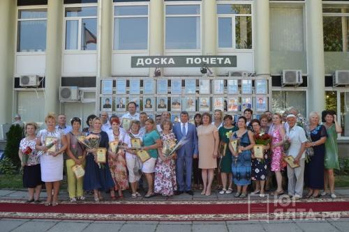 В Ялте в преддверии Дня города обновили Доску Почета