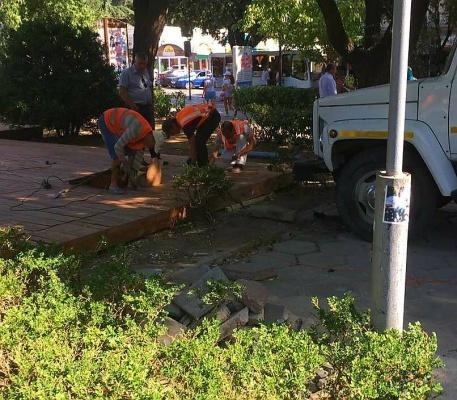 В сквере «Юбилейный» в Ялте начали демонтировать летнюю площадку