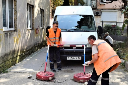 В Симферополе снесли два десятка шлагбаумов и ограничителей у домов