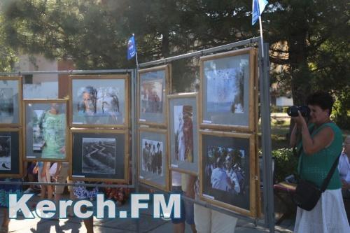На набережной Керчи открыли фотовыставку