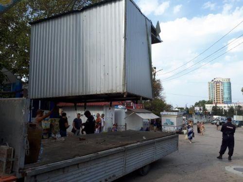 В центре Севастополя начали сносить ларьки