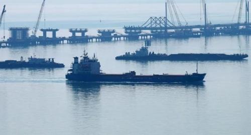 В Керченском проливе из-за установки моста образовалась пробка из кораблей