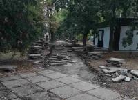 В одном из центральных скверов Симферополя разобрали дорожки
