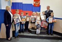 Дети сотрудников вневедомственной охраны Управления Росгвардии по Республике Крым изобразили, как они видят работу своих родителей