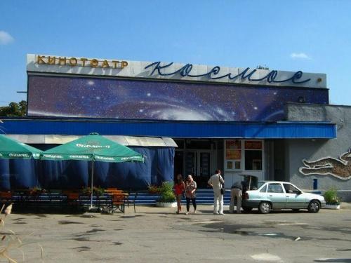 Власти Симферополя определят единого оператора по управлению книжным рынком у кинотеатра «Космос»