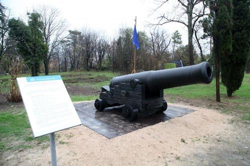 На Малаховом кургане открыли обнаруженную во время раскопок корабельную пушку