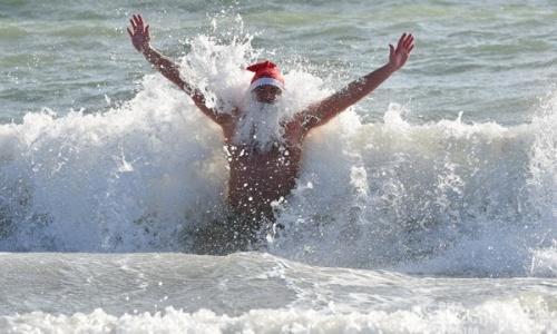 В Евпатории моржи устроили Рождественский заплыв