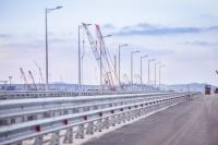 На участке моста в Крым установили ограждения и освещение