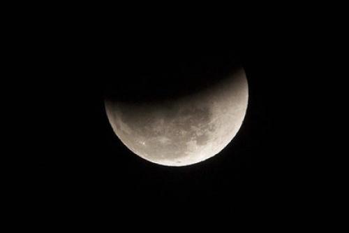 На Луне нашли достаточные для ее колонизации запасы воды