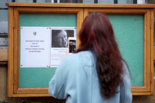 На похороны Стивена Хокинга пригласят путешественников во времени