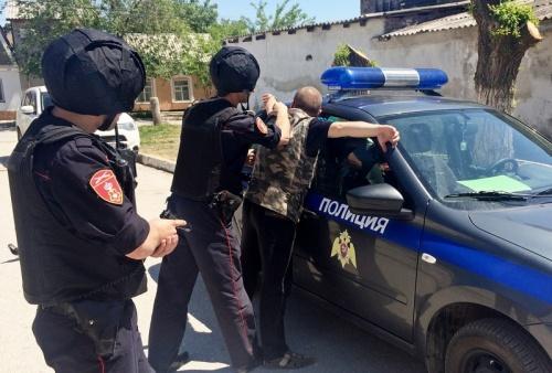 Росгвардейцы задержали подозреваемого в разбойном нападении на продавщицу продуктового магазина в Феодосии