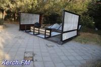 В Керчи упала автобусная остановка