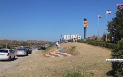 На въезде в Керчь обновили флаги