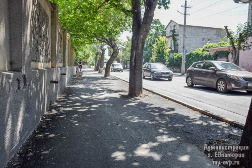 В Евпатории ремонтируют тротуары и дороги
