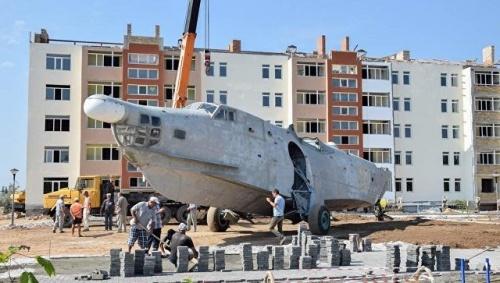 В Евпатории приступили к установке самолета-памятника