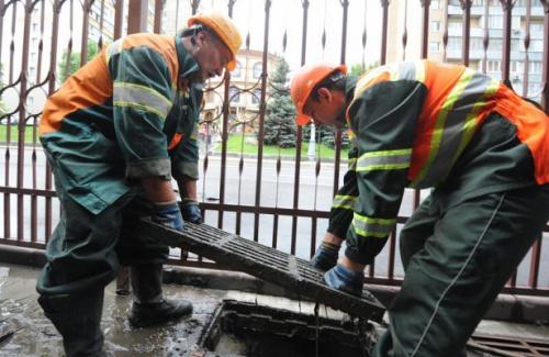 Коммунальщики Симферополя усилили работу по очистке ливневок
