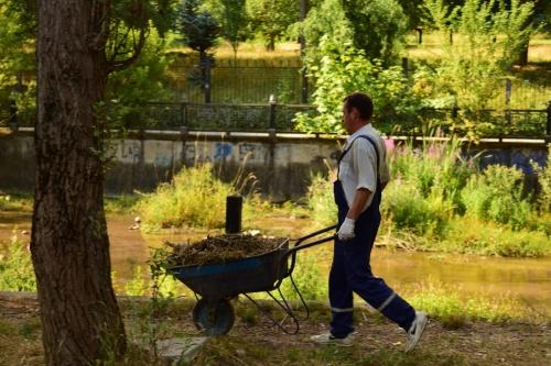 В Симферополе убирают набережную Салгира вдоль ботанического сада КФУ