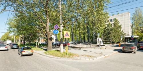 В Симферополе огородили забором бесплатную парковку с фонтаном