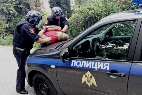 В Ялте сотрудники вневедомственной охраны Росгвардии по горячим следам задержали подозреваемого в грабеже