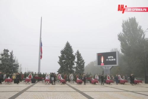 Проститься с погибшими в колледже Керчи пришли более 20 тысяч людей