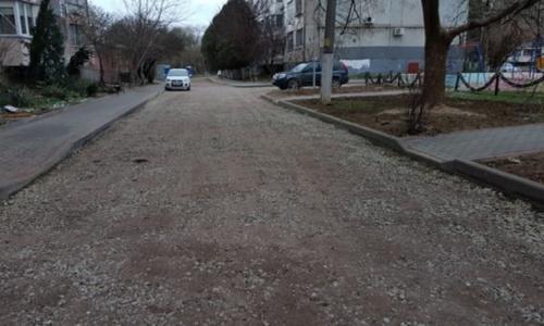 В отстающем дворе Керчи подготовили дорогу к асфальтировке