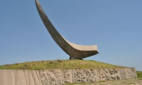 Волонтеры и рабочие возьмутся за уход за памятниками в Керчи