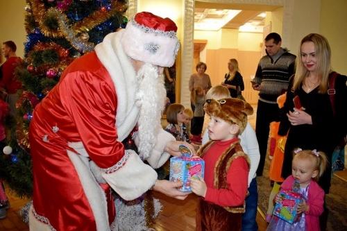 Крымские росгвардейцы подарили детям красочное новогоднее представление