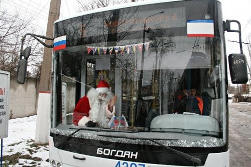Троллейбус Деда Мороза вышел на симферопольские маршруты