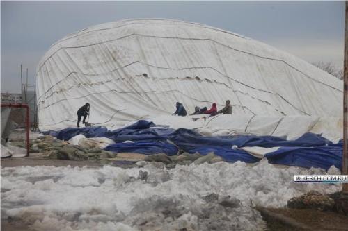 С купола катка в Керчи вывезли 25 тонн снега