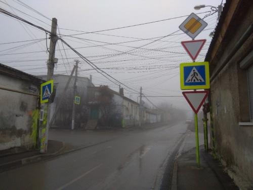 В Симферополе на аварийном перекрестке повесили дополнительный знак