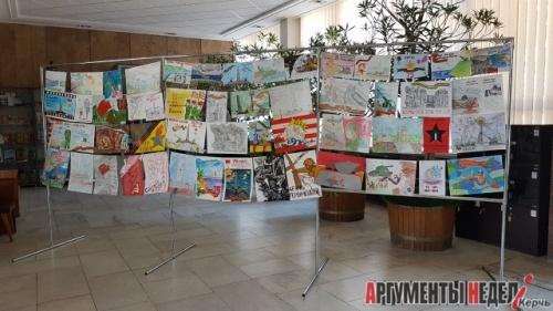 Экспозиции ко Дню освобождения появились у здания администрации Керчи