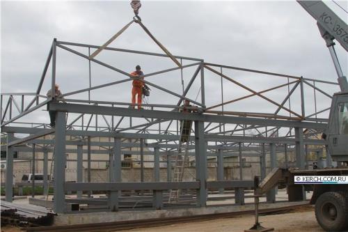 В Керчи возводят крышу над новым зданием МФЦ