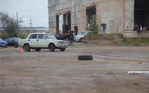 Керченские автомобилисты устроили соревнования по автослалому