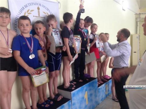 В Керчи прошла эстафета по плаванию