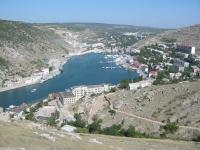 На берегу Балаклавской бухты демонтируют заброшенное здание