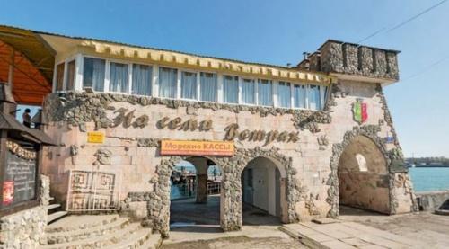 Администрация Евпатории добивается в суде сноса последнего сомнительного кафе на набережной Терешковой