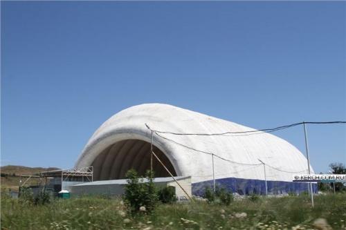 Над катком в Керчи опять подняли купол