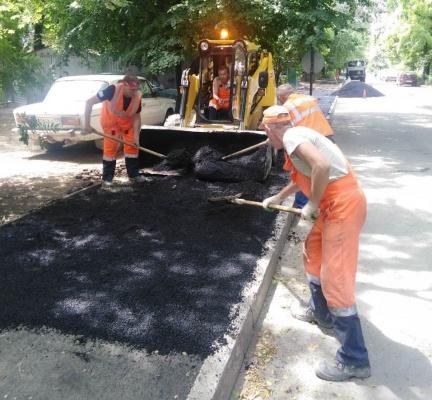 В Симферополе по улице Спера ремонтируют тротуар