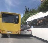 В Симферополе два автобуса зажали между собой минивэн